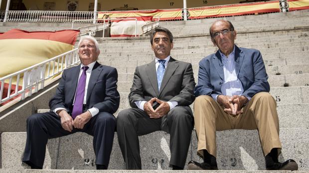 José Escolar, Victorino Martín y Adolfo Martín, en el homenaje a Albaserrada en Las Ventas