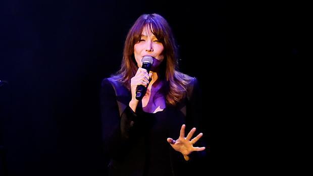 Carla Bruni, anoche durante su concierto en Pedralbes