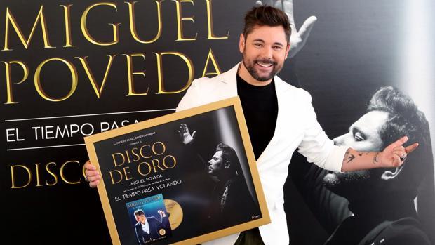 Miguel Poveda, con su disco de oro por «El tiempo pasa volando»
