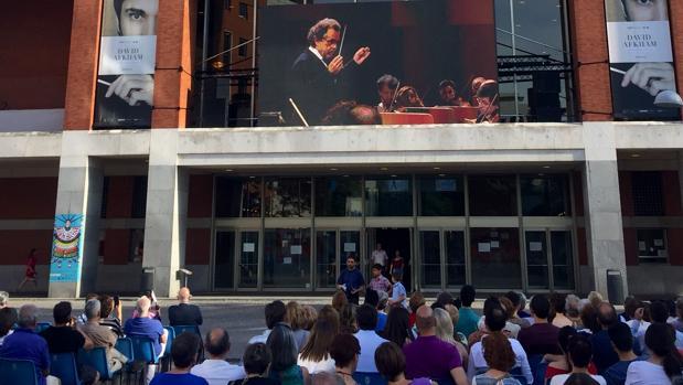 El público sigue uno de los conciertos en el exterior del Auditorio Nacional