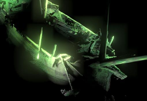 El ancla y la decoración del mascarón en primer plano de la proa. Atrás restos del bote