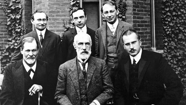 En la imagen (sentados), Freud, Stanley Hall y Jung en la Universidad de Worcester en 1908