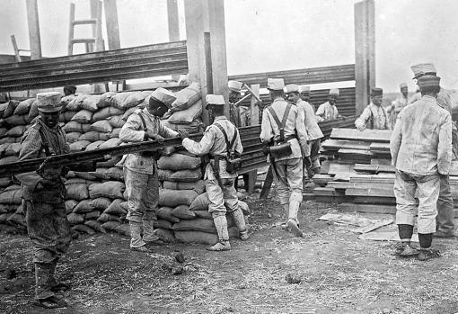 Soldados construyendo un blocao en el Rif