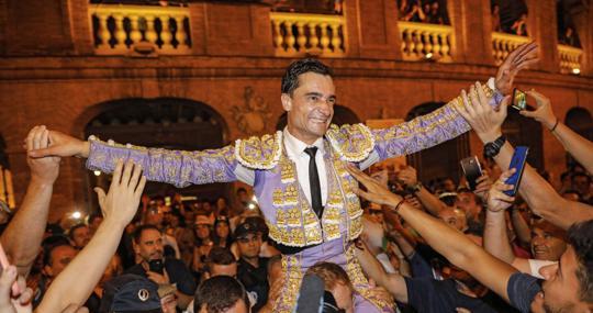 Paco Ureña sale a hombros