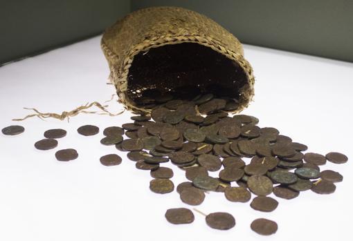 En el yacimiento han aparecido numerosas pertenencias de los marineros, entre las que destaca este cesto de monedas