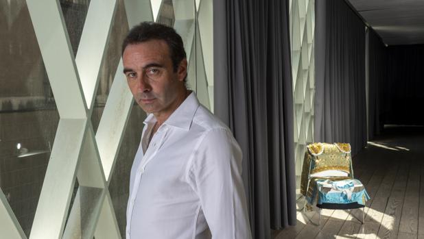 Enrique Ponce posa en el Museo ABC con un terno purísima y oro al fondo