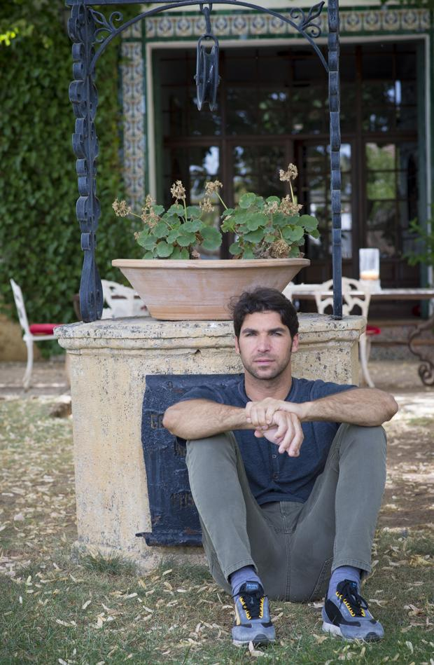 Cayetano Rivera Ordóñez, en el Recreo de San Cayetano, apoyado en el pozo del jardín de los tilos donde se encuentran las cenizas de su abuelo Antonio Ordóñez y de Orson Welles