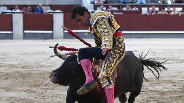 Arturo Macías, en el momento de la cornada con el primer toro