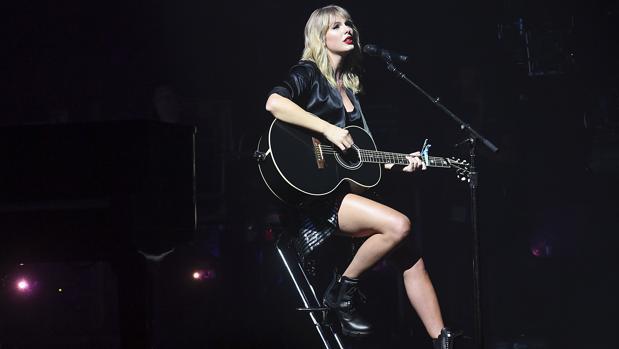 Taylor Swift durante su concierto homenaje a la ciudad del Sena