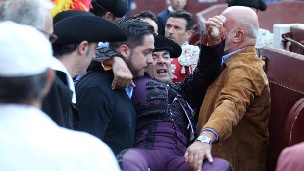 Caco Ramos, con gesto de dolor, es trasladado a la enfermería