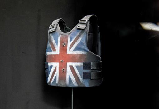 El chaleco blindado con la bandera británico que Stormzy llevó en el festival de Gastonbury