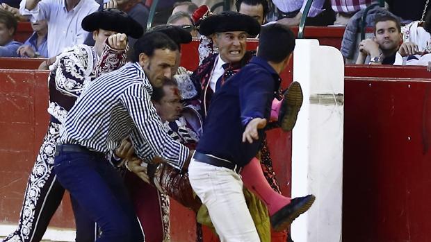 Alberto Álvarez y las cuadrillas trasladan a Mariano de la Viña a la enfermería