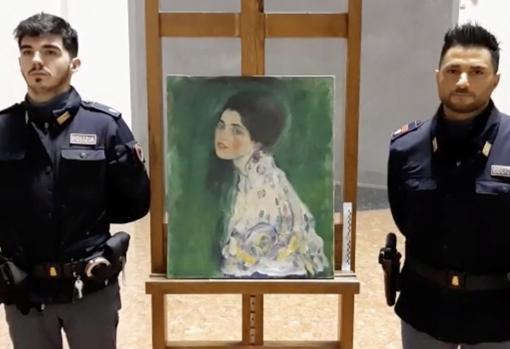 Dos carabinieri custodian «Retrato de una dama», de Gustav Klimt, hallado recientemente tras 22 años desaparecido