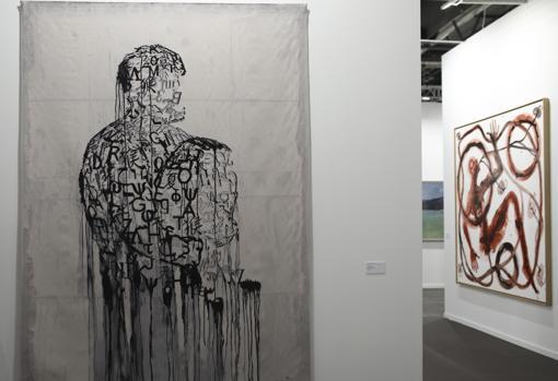 «El escritor prisionero», tapiz de Jaume Plensa, en el estand de la galería Lelong