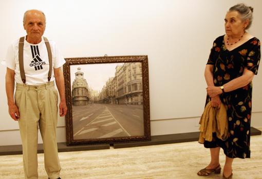 Antonio López y su esposa, María Moreno, en el Museo Thyssen, junto con su célebre vista de la Gran Vía