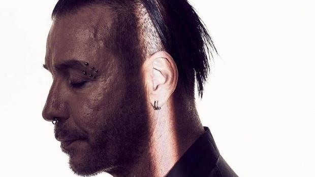 El cantante de Rammstein, Till Lindemann, sale de la UCI y asegura que había ingresado por «una neumonía»