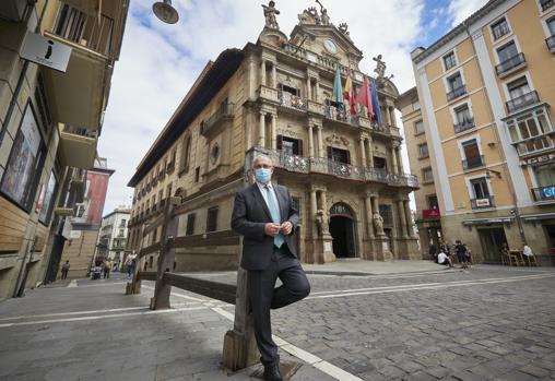 Enrique Maya, en uno de los poco tramos permanentes de vallado del encierro ante el Ayuntamiento de Pamplona