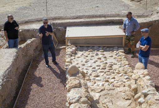 Los arqueólogos, junto a la muralla de la ciudad ibérica del siglo V a.C.