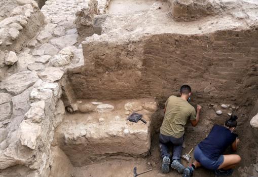 Excavación de uno de los ambientes asociados a la muralla, con la pared de adobe en excelente estado de conservación, en septiembre de 2020