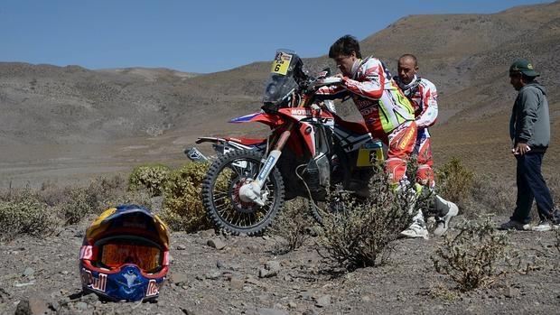 Joan Barreda, junto a su moto averiada
