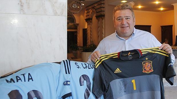 Gaspar Rosety, con unas camisetas de la selección