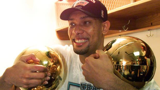 Tim duncan posa con el título de campeón de la NBA y de MVP en 1999