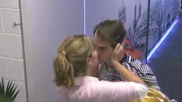 Federer y su esposa Mirka se besan después la final en Australia contra Nadal