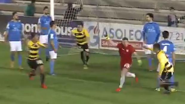 Salcedo, portero del Guadalajara, celebra su gol ante el Almansa