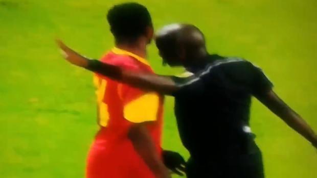 El árbitro acerca su cabeza a la del jugador de Angola