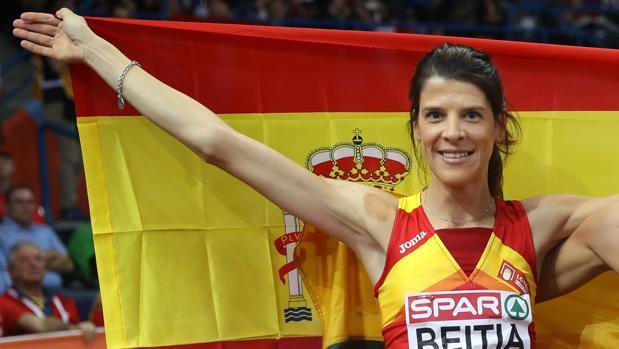 Ruth Beitia posa con la bandera de España.