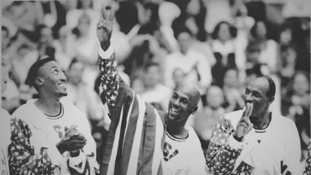 Pippen, Jordan y Drexler celebran el oro olímpico de Barcelona 92