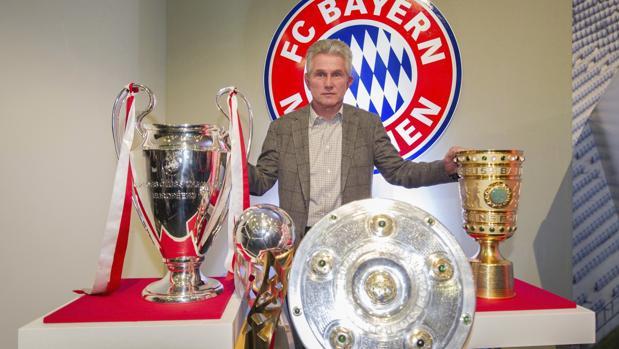 Jupp Heynckes, con algunos de los trofeos conquistados con el Bayern