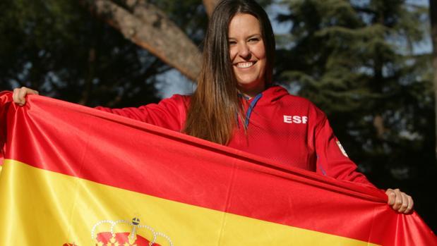 Astrid Fina posa con la bandera española