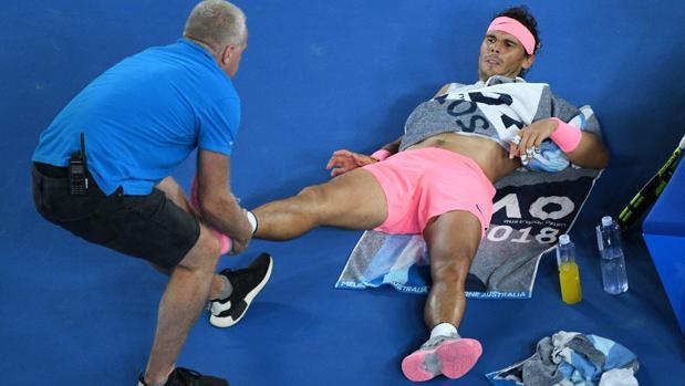 Rafa Nadal, atendido por el fisioterapeuta en el Abierto de Australia