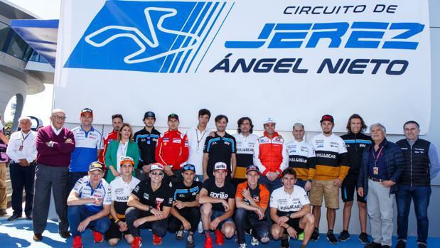 Los pilotos y familiares de Ángel Nieto descubren el cartel