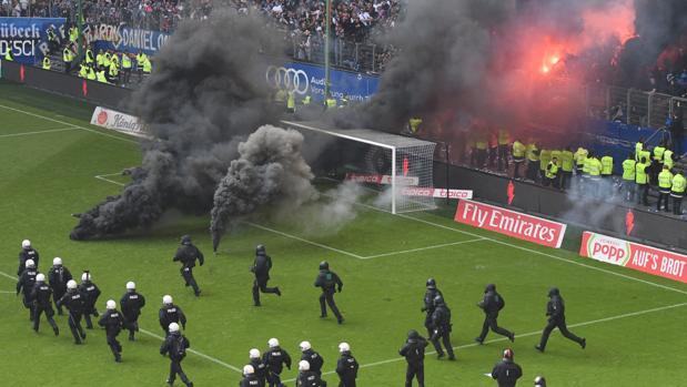 La afición más radical del Hamburgo llena de bengalas parte de la grada del estadio