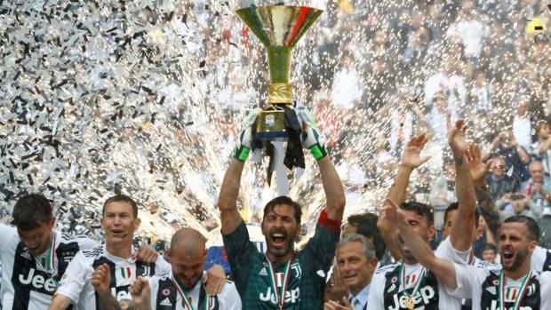 Buffon levantando el título de Serie A 2017-2018