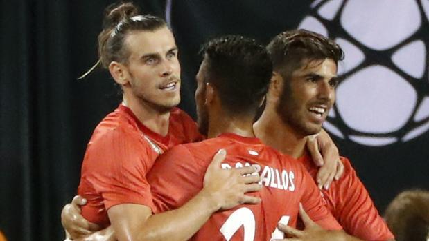 Gareth Bale (i) del Real Madrid celebra con sus compañeros después de anotar un gol