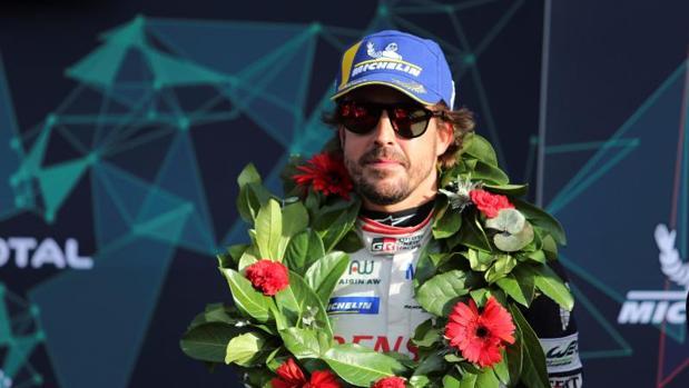 Fernando Alonso en el primer puesto del podio de las seis horas de Silverstone