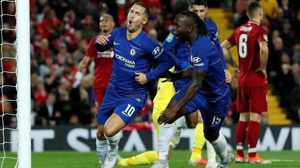 Eden Hazard celebra su gol anotado al Liverpool en la Capital One ante el Liverpool