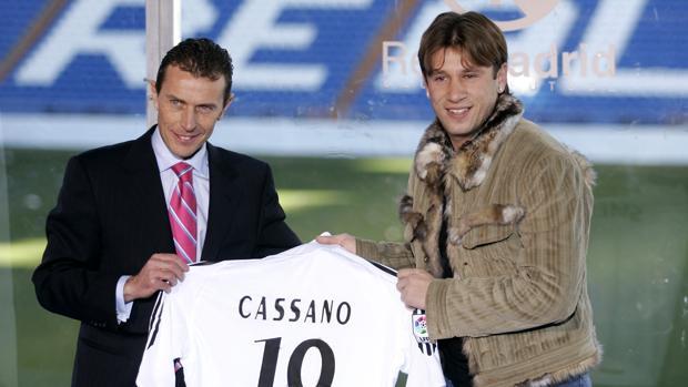Antonio Cassano con Emilio Butragueño en su presentación con el Real Madrid