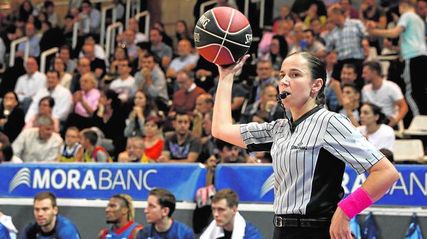 La extremeña Esperanza Mendoza, única mujer que actualmente arbitra en la Liga Endesa