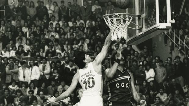 Fernando Martín y Tachenko, durante un partido del Torneo de Navidad de 1984