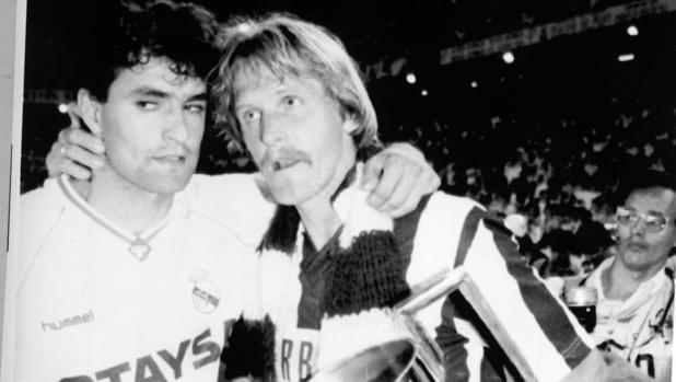 Schuster, con la camiseta del Atlético, consolando a Míchel, tras perder la final de Copa de 1992