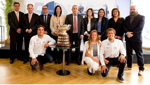 Jordi Xammar, Silvia Mas y Nicolás Rodriguez posan con el trofeo