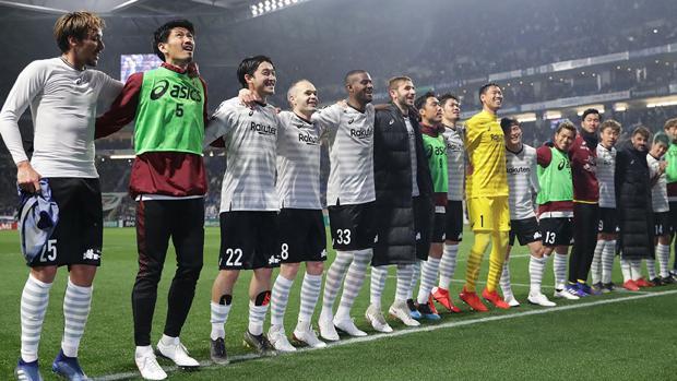 El Vissel Kobe, equipo de Andrés Iniesta, festeja un triunfo con su afición