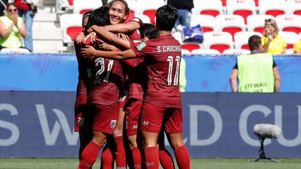 Las futbolistas de Tailandia celebran su gol