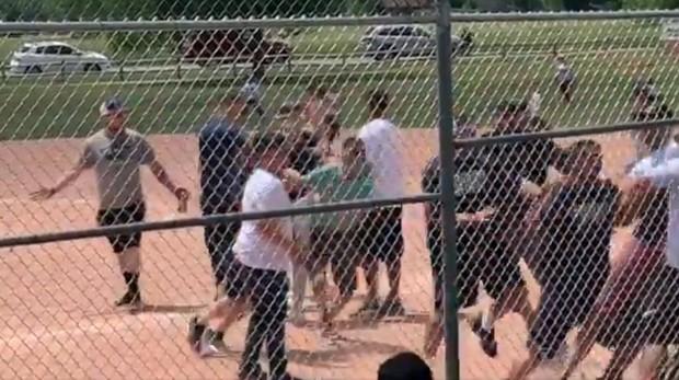 Los padres de los menores se pelean durante el partido de béisbol
