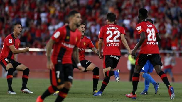 a3ebf048be El Mallorca firma una gran remontada y asciende a Primera a costa ...