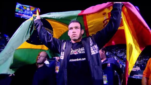 Fabricio Werdum sale a pelear con las banderas de Brasil y de España unidas